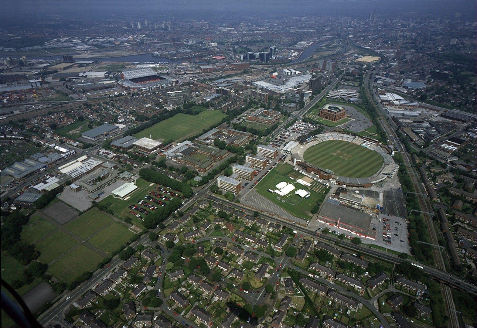 """Недалеч е стадиона по крикет, носещ също името  """"Олд Трафорд"""" (вдясно). Целият квартал се казва Трафорд"""
