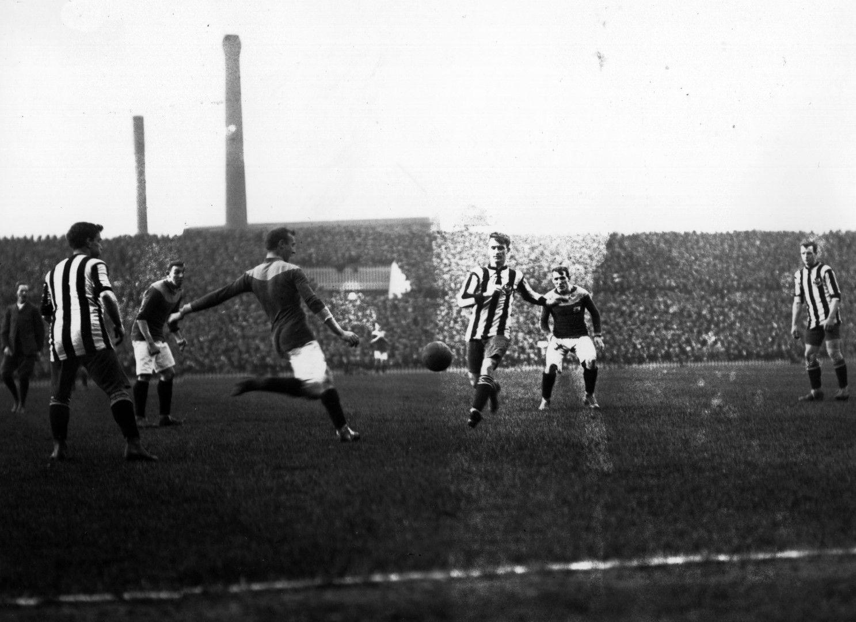 1911 г., Брадфорд - Нюкасъл, преиграване на финала за Купата на ФА. Отзад се виждат комините на фабриките - символ на град Манчестър
