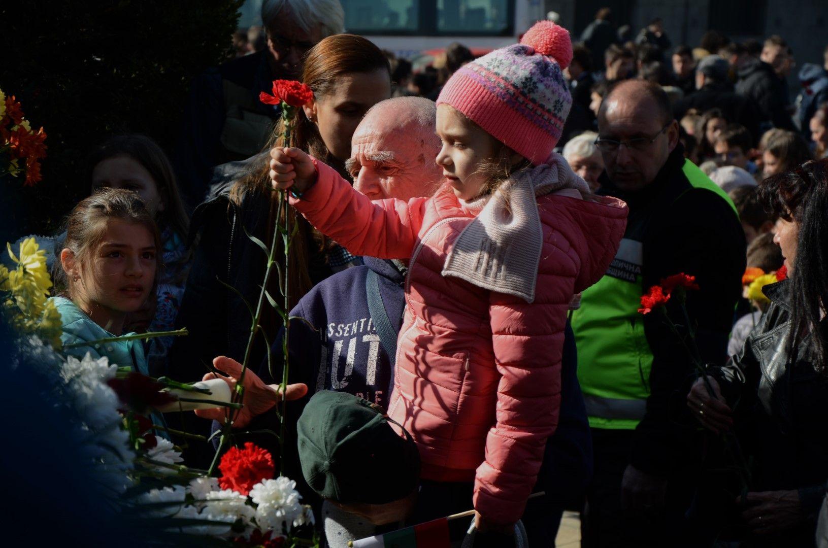 Пред Паметника на Апостола в центъра на София