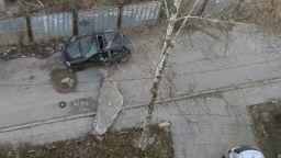 Огромен бетонен къс премаза кола в София (снимки)