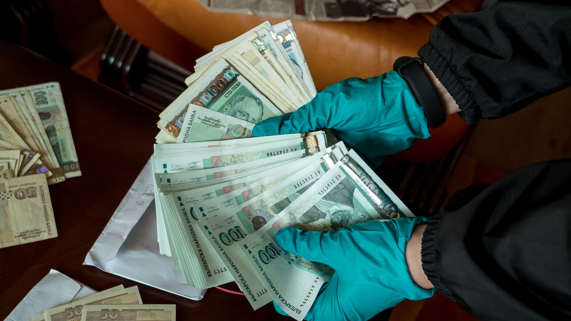 Близо 1,7 млн. лв. открити в банкови касети на задържани лекари (снимки+видео)