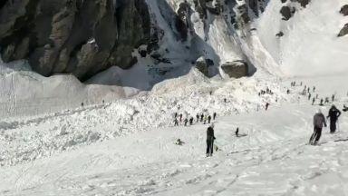 Лавина помете скиори на писта в швейцарски курорт (видео)