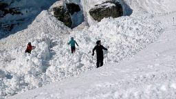 4-ма души бяха извадени живи изпод лавина в Швейцария (снимки, видео)