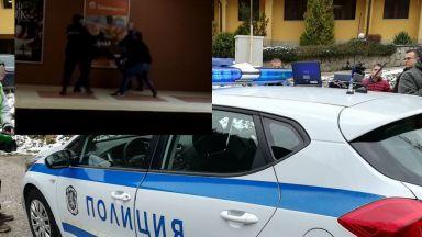Мъже се бият в метрото в София (видео)