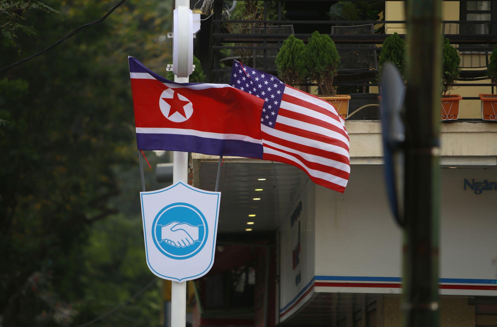 Знамената на Северна Корея и САЩ на улица в Ханой