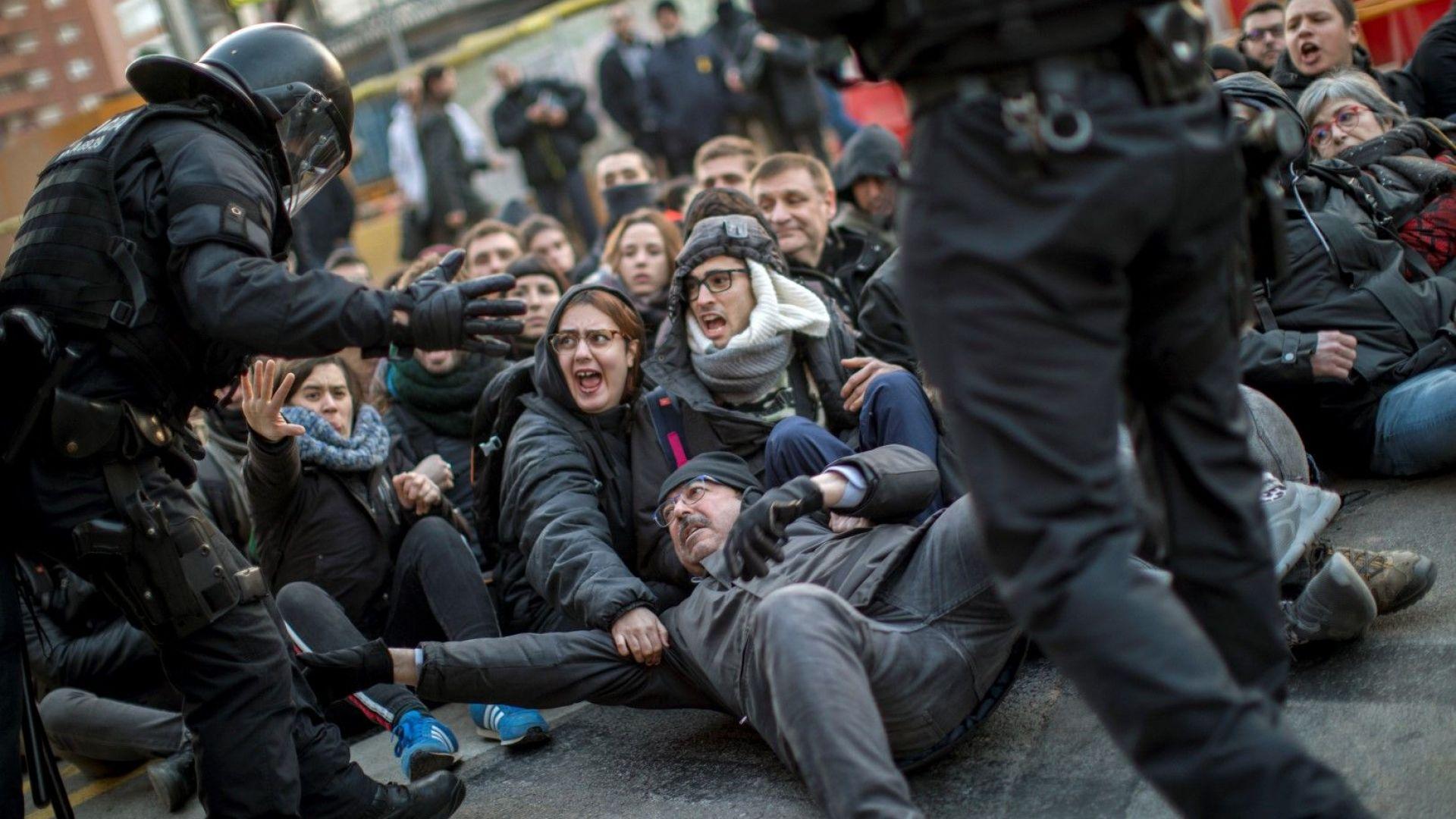 Каталунски сепаратисти блокираха рано тази сутрин възлови пътища и железопътни