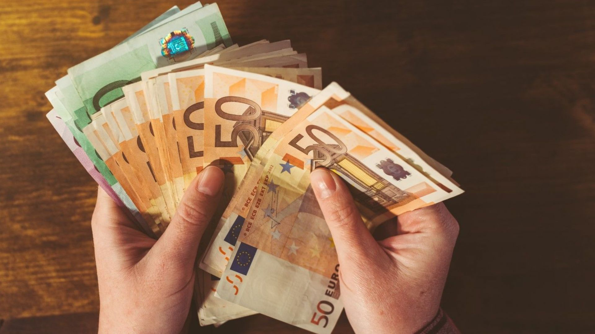 Българи в чужбина изпратиха 731 млн. евро на близките си у нас