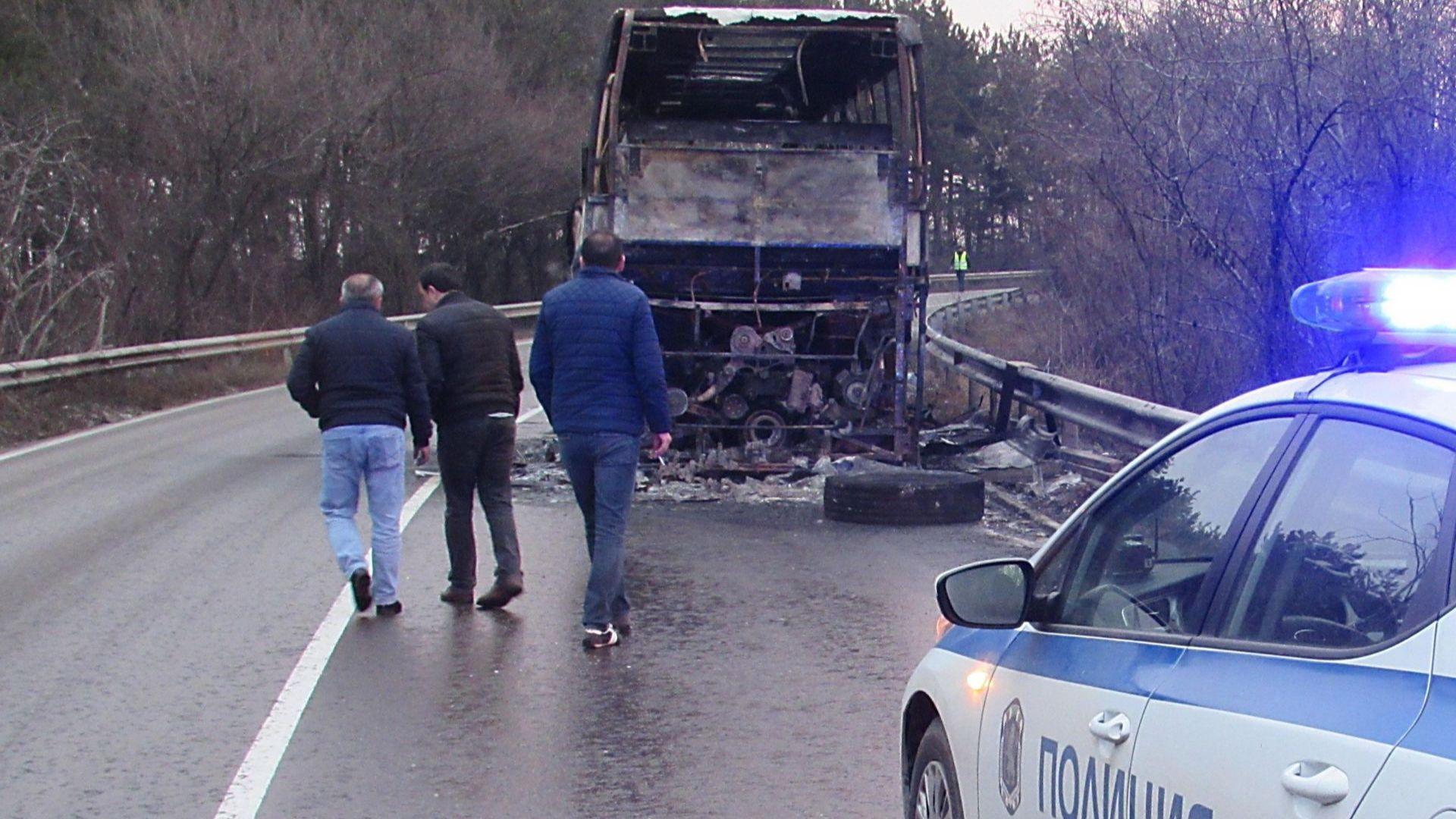 Автобус изгоря на пътя Русе-Бяла, огнеборци предотвратиха взрив