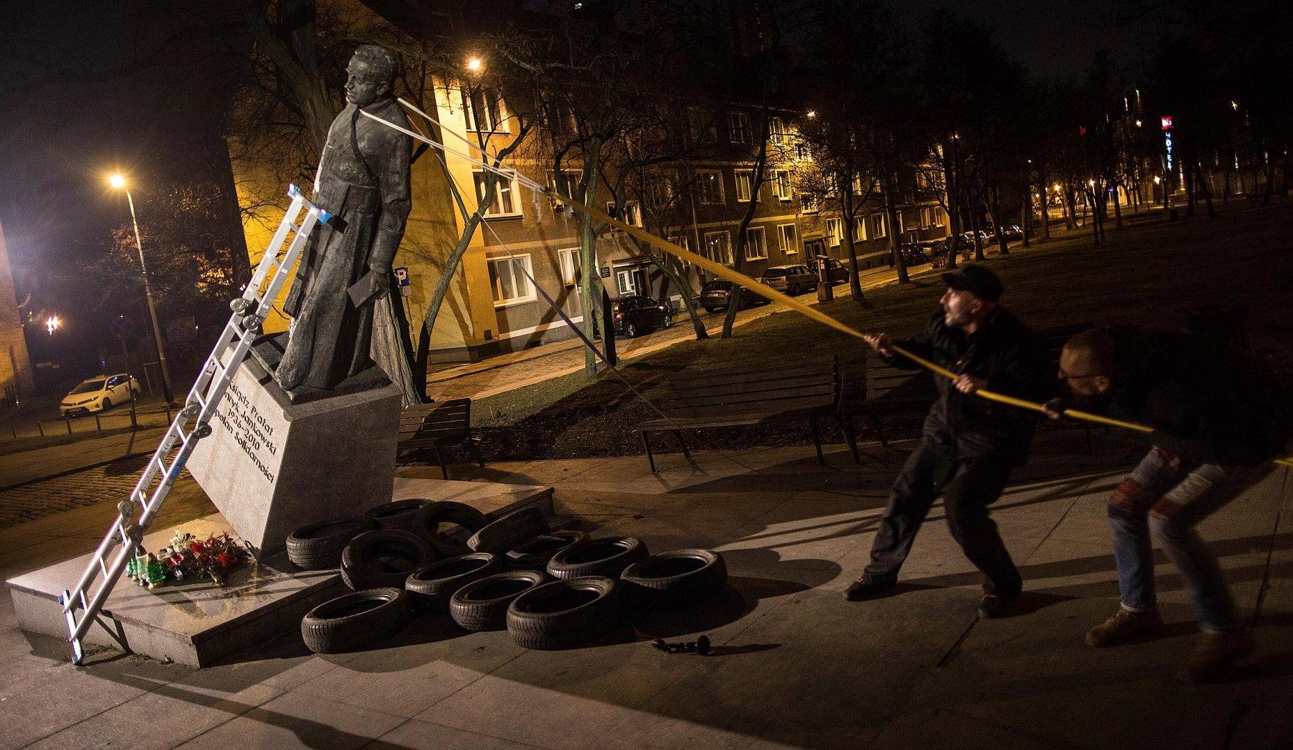 Събарят статуята на отец Хенрик Янковски в Гданск