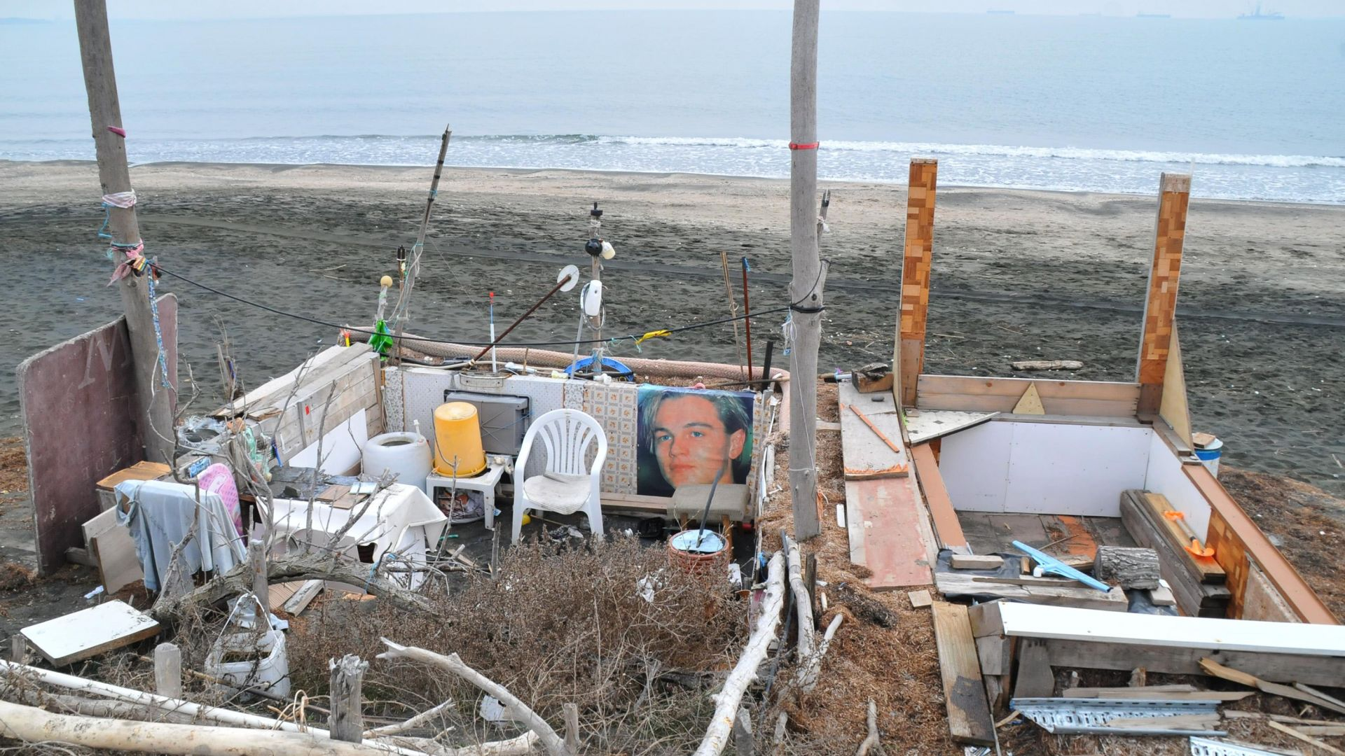 Снимка: Пенсионери си направиха бивак на плажа