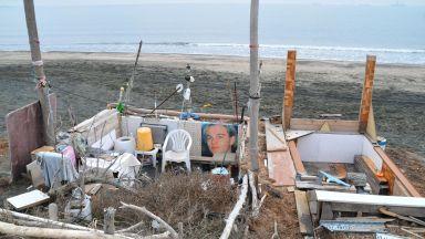 Пенсионери си направиха бивак на плажа (снимки)