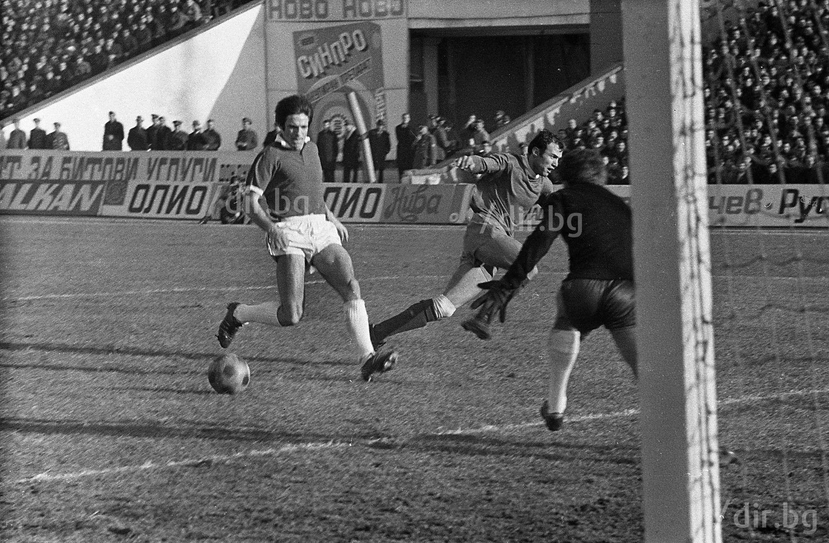 1971 г., момент от дербито Левски - ЦСКА на 28 юни, с участието на Меци Веселинов, Иван Зафиров, Йордан Филипов...