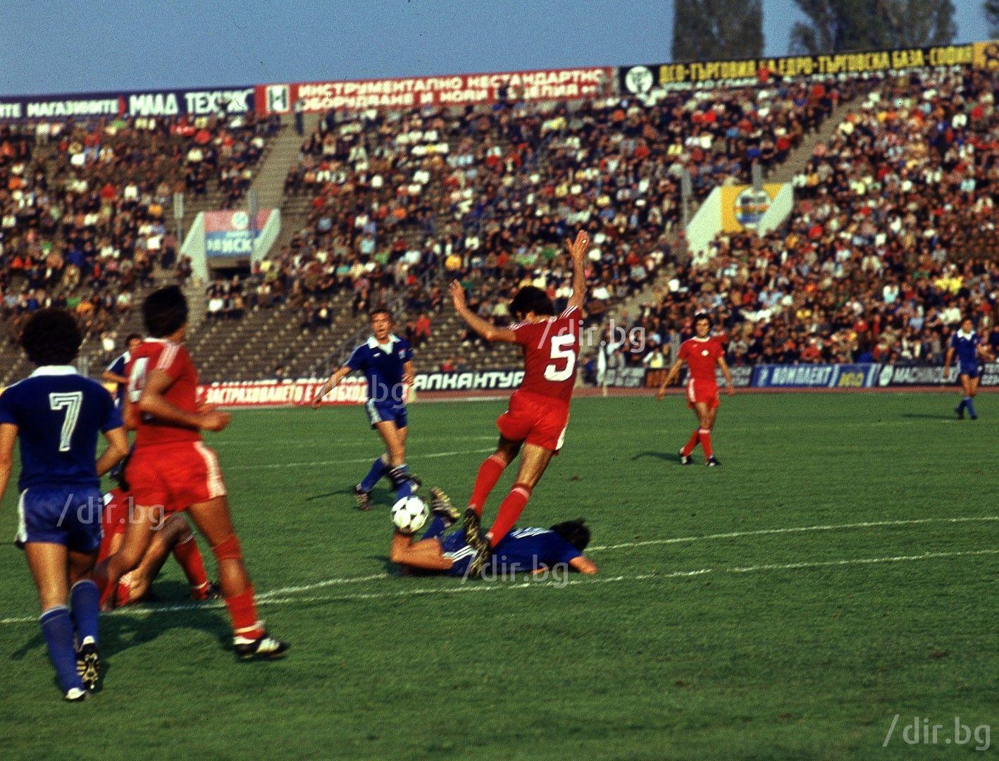 Рядък цветен кадър от дербито в края на 70-те