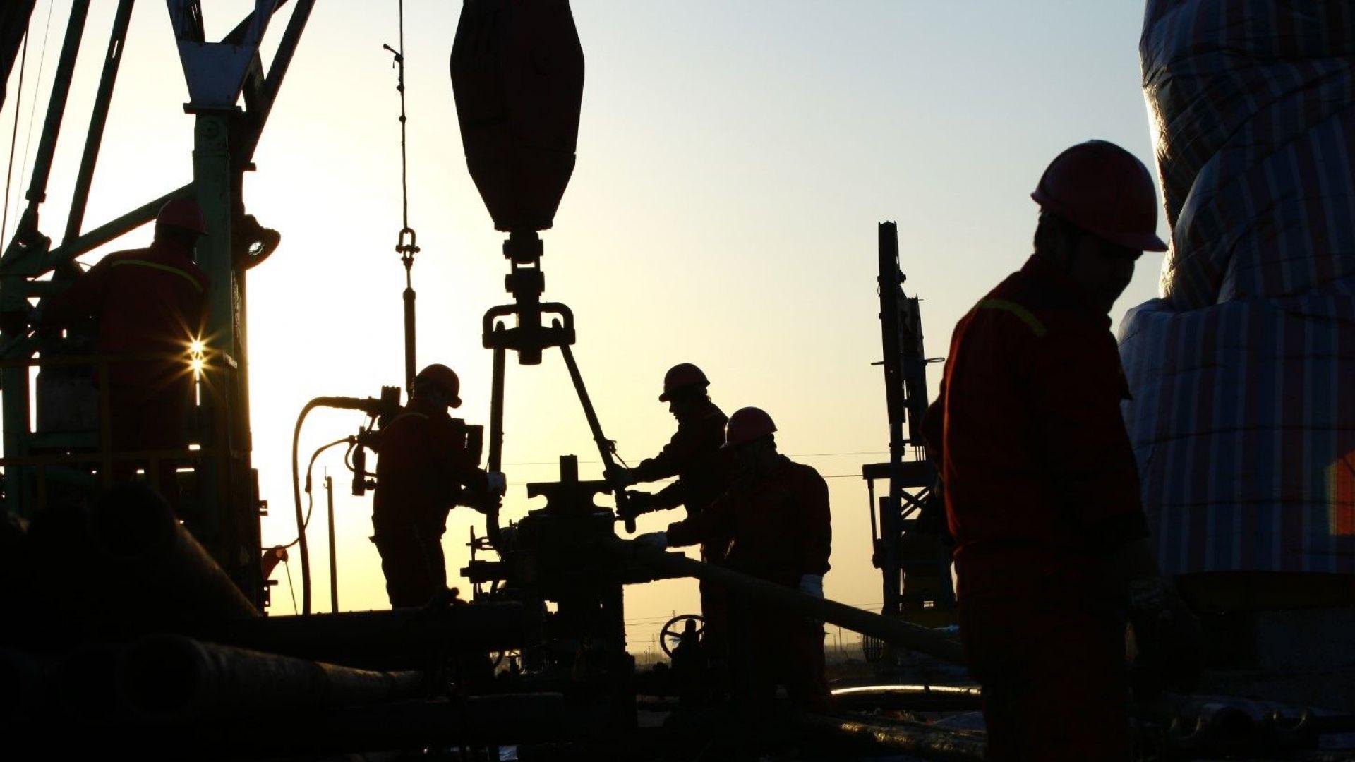 Петролът поевтиня заради силното увеличение на американските запаси