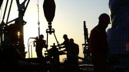 Петролът поскъпна след спирането на производствени мощности в Либия