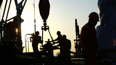 ОПЕК+ се готви да увеличи съкращаването на петролния добив
