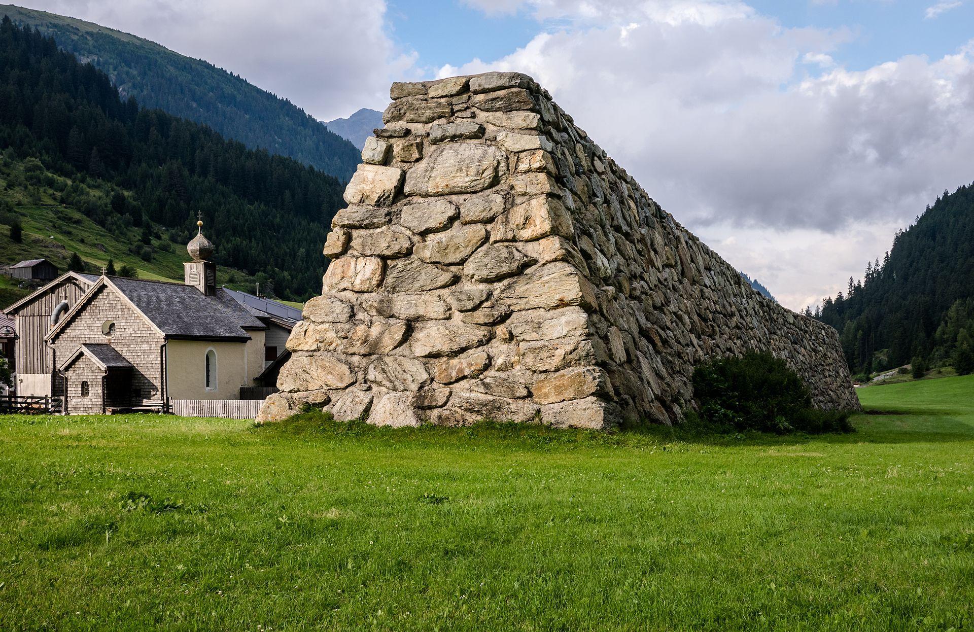 Предпазна каменна стена срещу лавини е издигната след инцидента