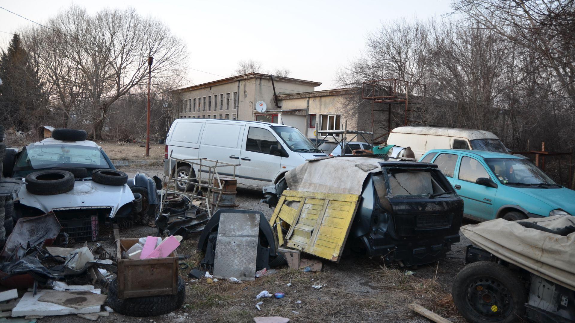 Снимка: Пернишки полицаи разбиха депо за крадени коли и авточасти