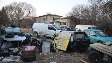 Пернишки полицаи разбиха депо за крадени коли и авточасти (снимки)