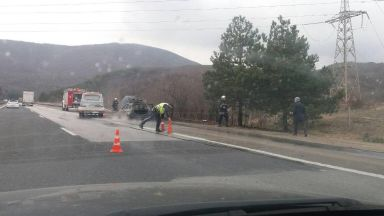 "Кола изгоря на ""Тракия"", 10 километра задръстване в посока София"