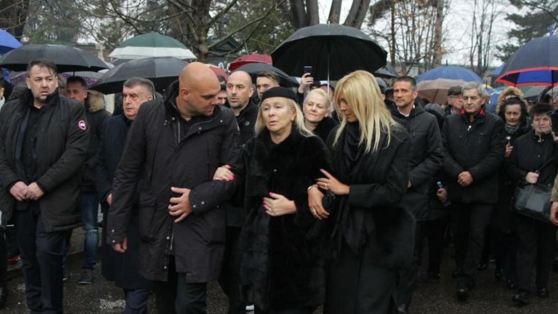 Снимка: Хиляди се прощават с Шабан Шаулич, Цеца Величкович пристигна със сестра си