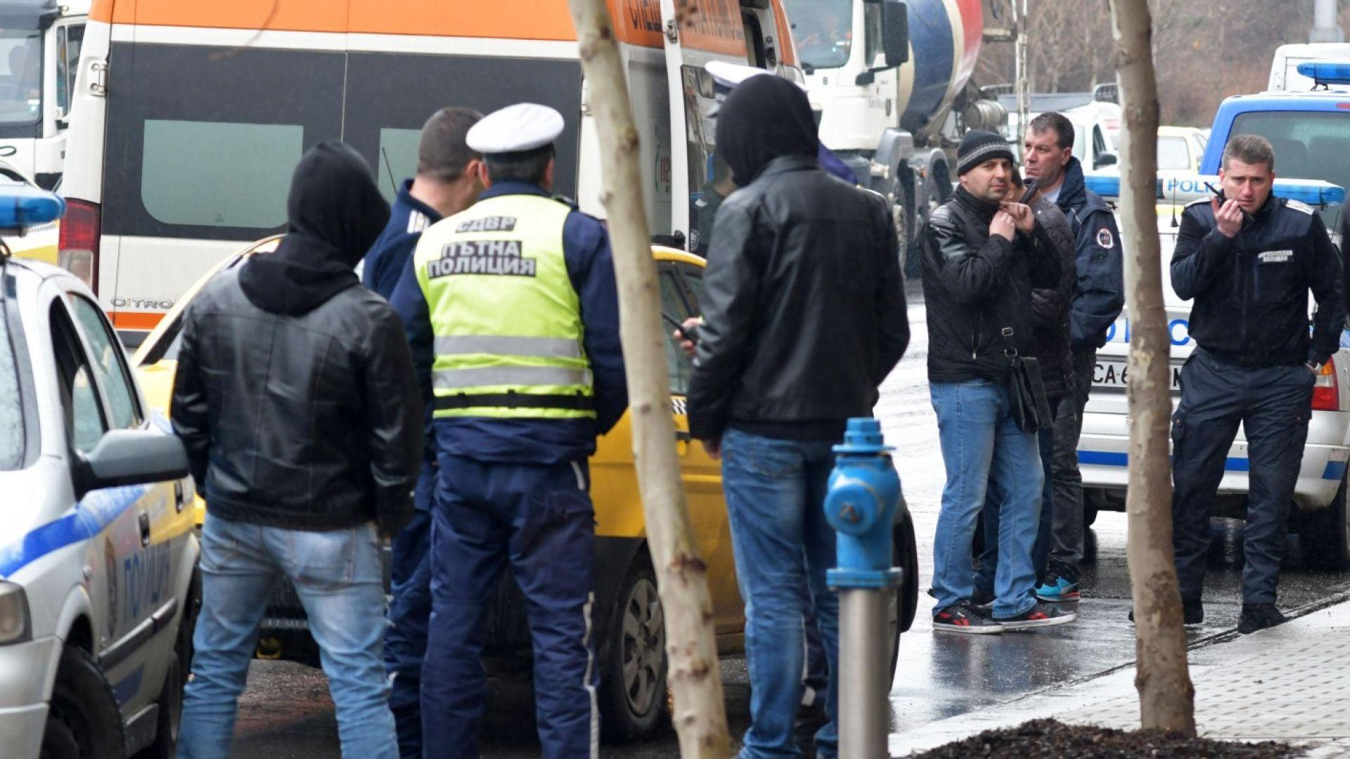 Снимка: Тийнейджър зад волана блъсна трима полицаи с такси в София