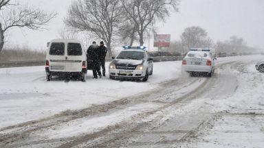Зимата се завърна със сняг и редица затворени пътища