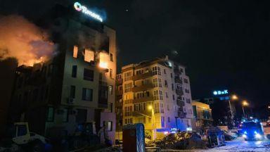 Мъж загина при пожар, изпепелил цял етаж на блок (снимки)