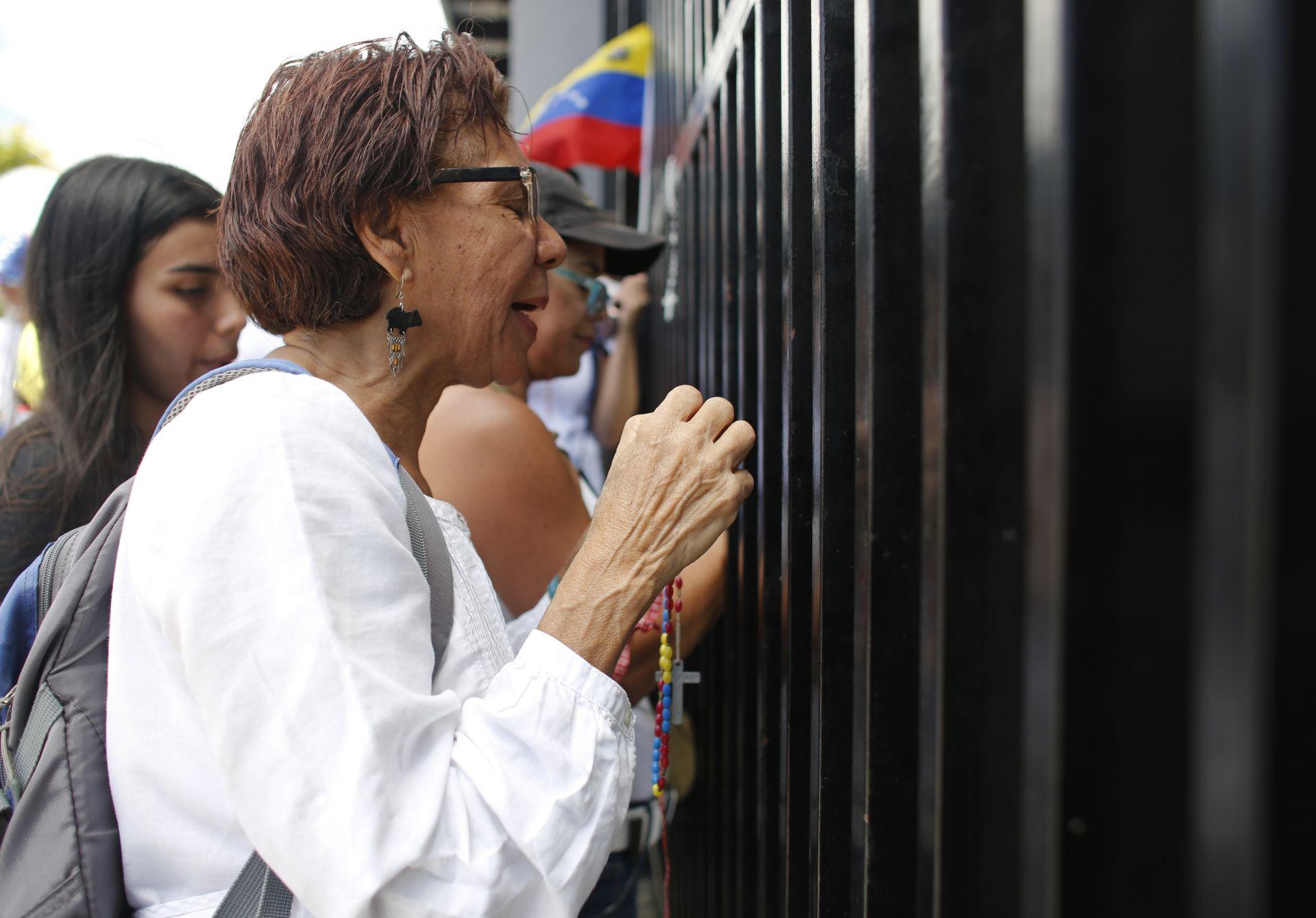 Демонстранти пред военна база във Венецуела  настояват армията да допусне хуманитарната помощ през границата
