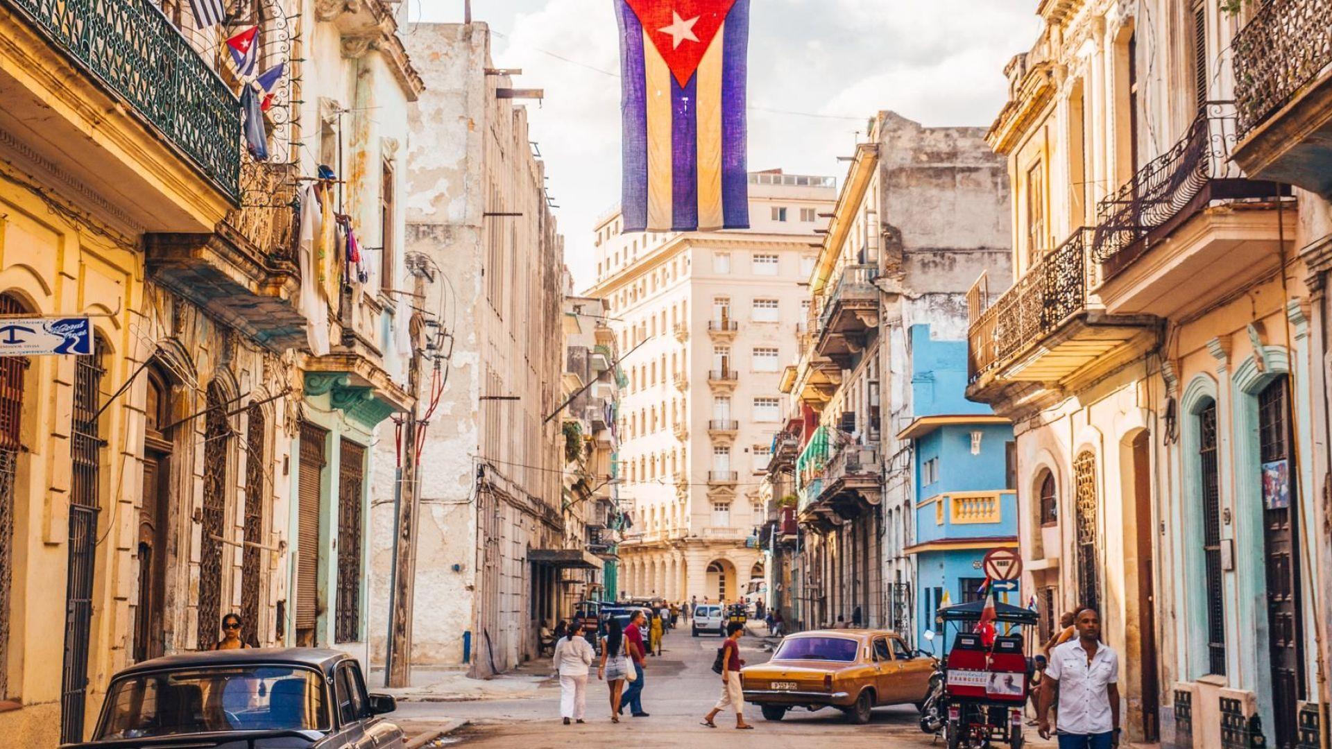 Кубинците гласуват днес в референдум за нова конституция на страната,