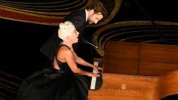 Лейди Гага и Брадли Купър изправиха на крака публиката на Оскарите
