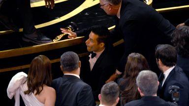 """Рами Малек падна от сцената с """"Оскар"""" в ръка"""