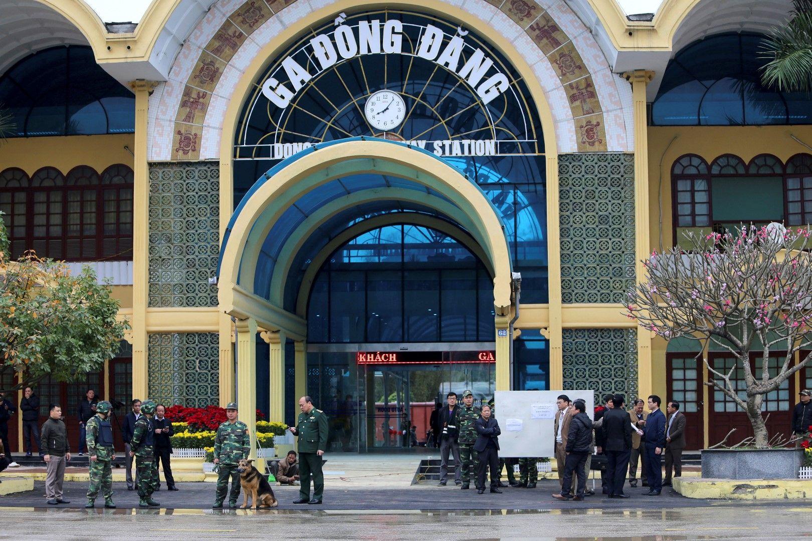 Гарата в Ханой, на която трябва да пристигне влакът, вече е под засилена охрана