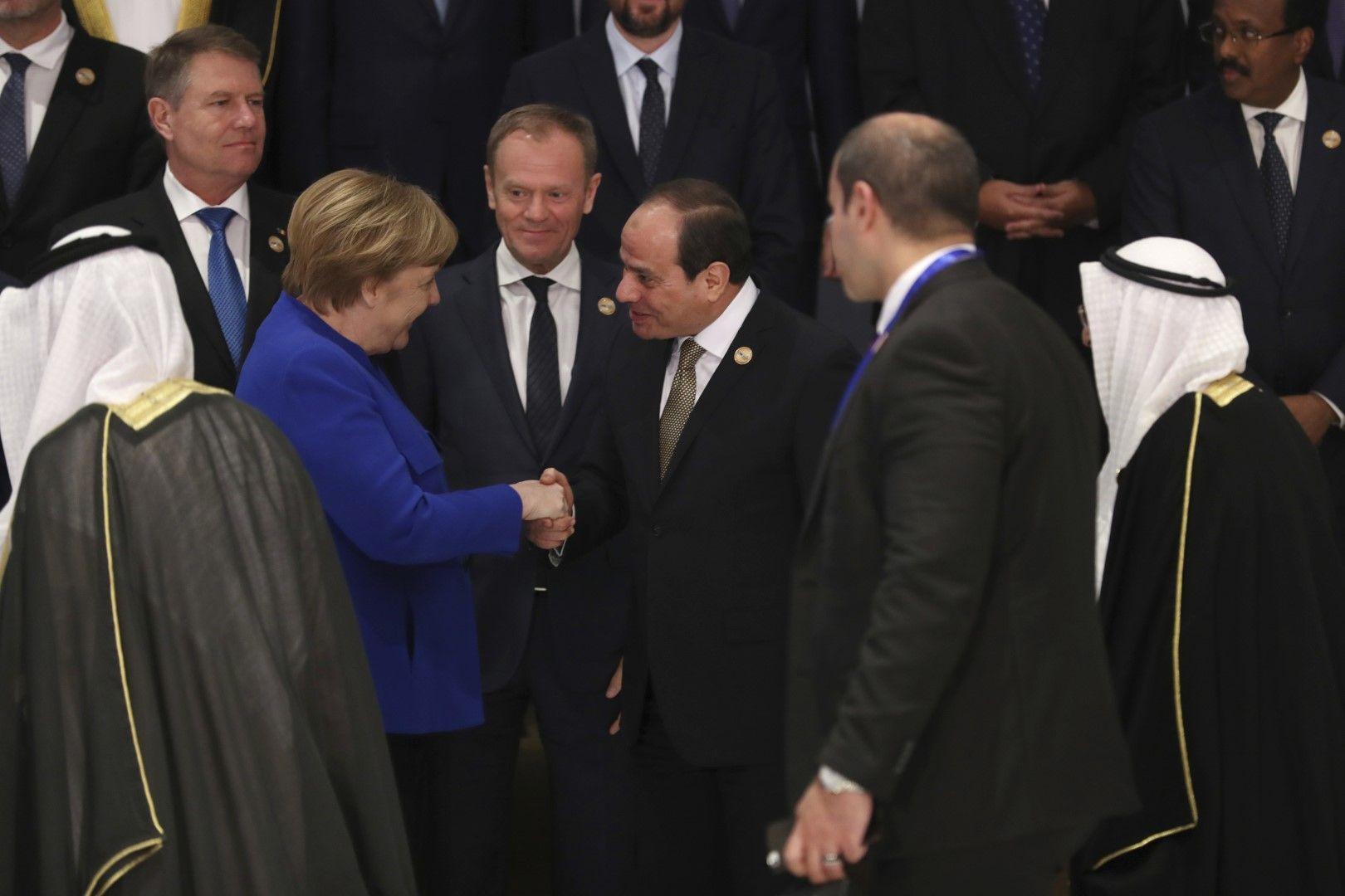 Канцлерът на Германия Ангела Меркел се ръкува с президента Ас Сиси, между тях е председателят на ЕС Доналд Туск