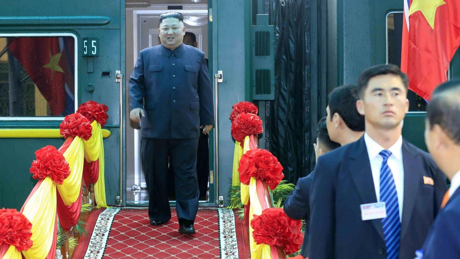 Ким Чен-ун пристигна във Виетнам с бронирания си влак (снимки)