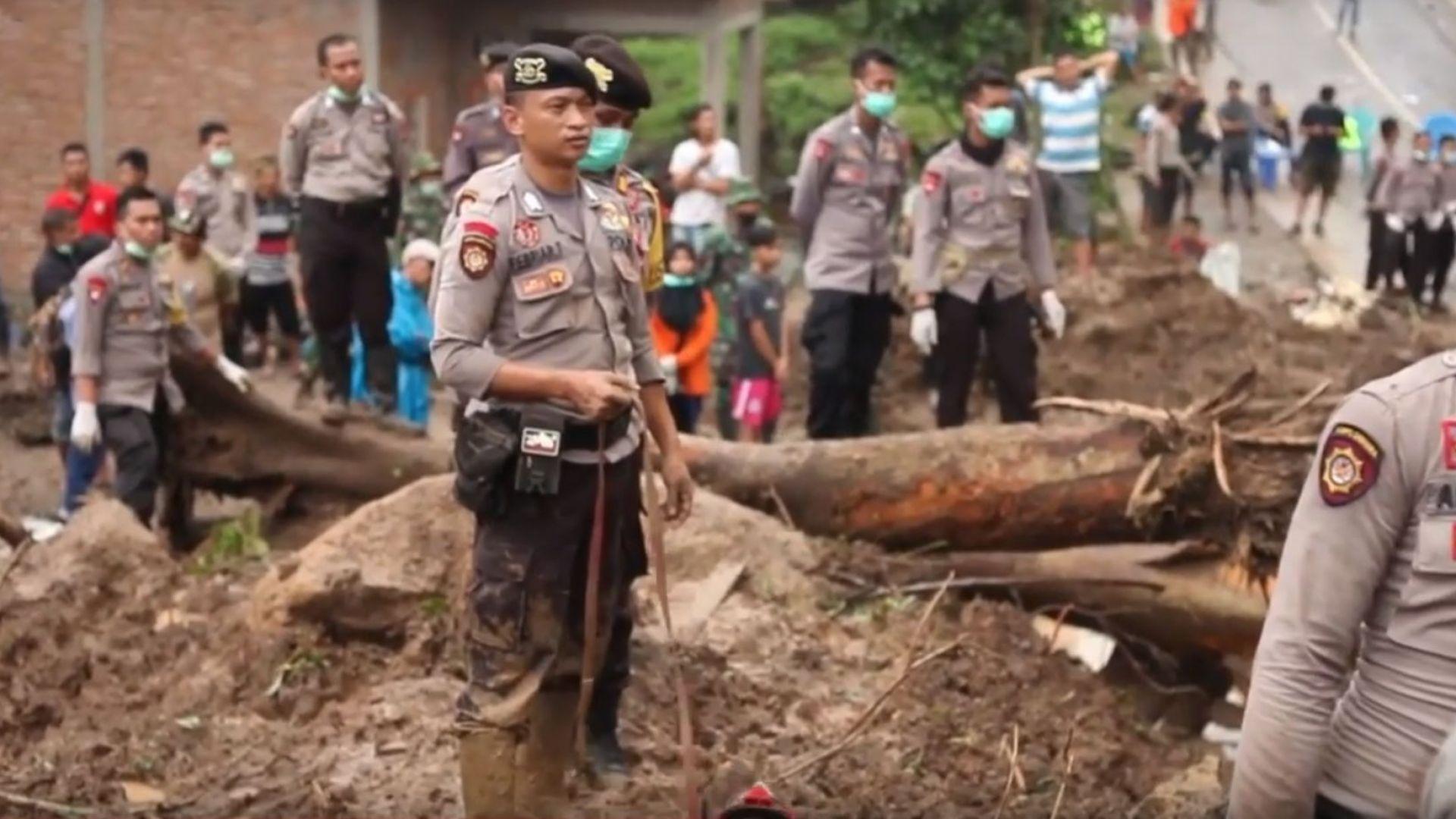Златна мина погреба десетки в Индонезия