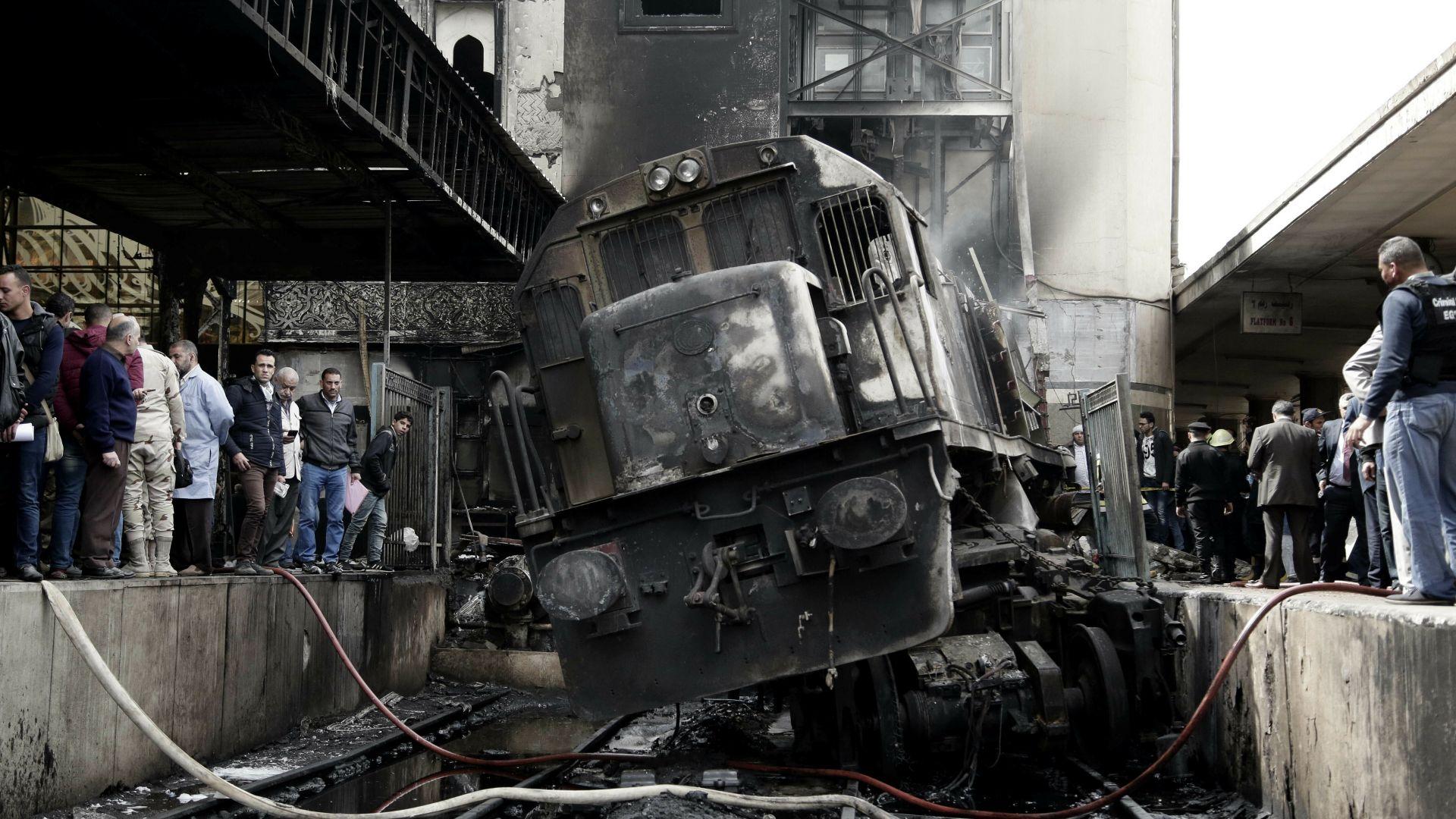 Пожар в Кайро взе 25 жертви: локомотив без машинист се врязал в гарата (видео)
