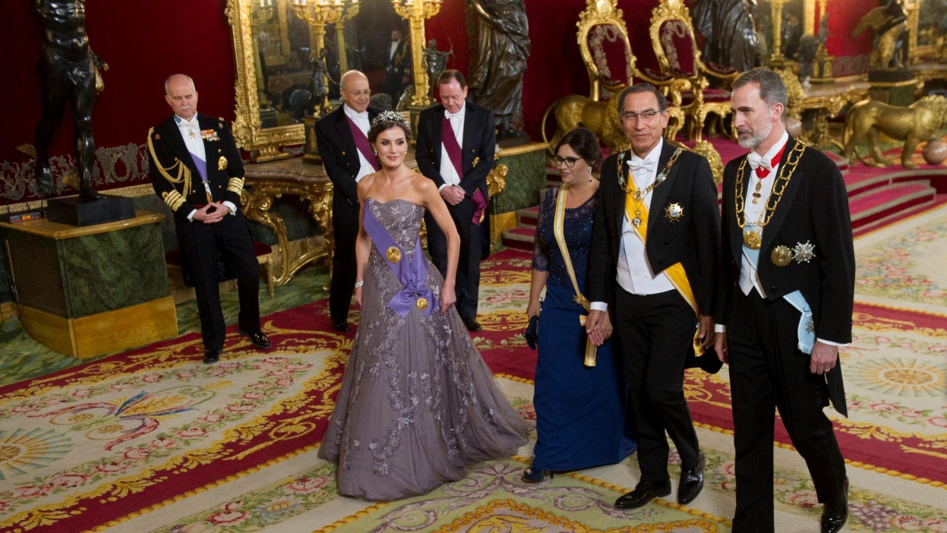 Кралица Летисия — изящна в люляково и с тиара от XIX век