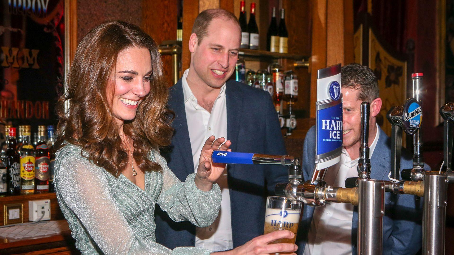 Уилям и Катрин на бар в Белфаст (снимки)
