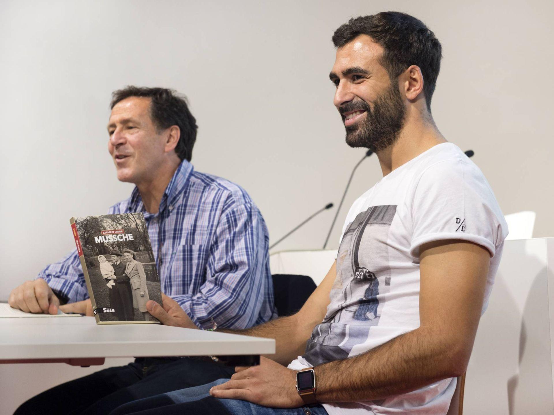 """Микел Баленсиага, който и днес е в отбора, при студентите от университета на професор Бедиалаунета през 2015 г., обсъждайки прочутата баска книга """"Mussche"""""""