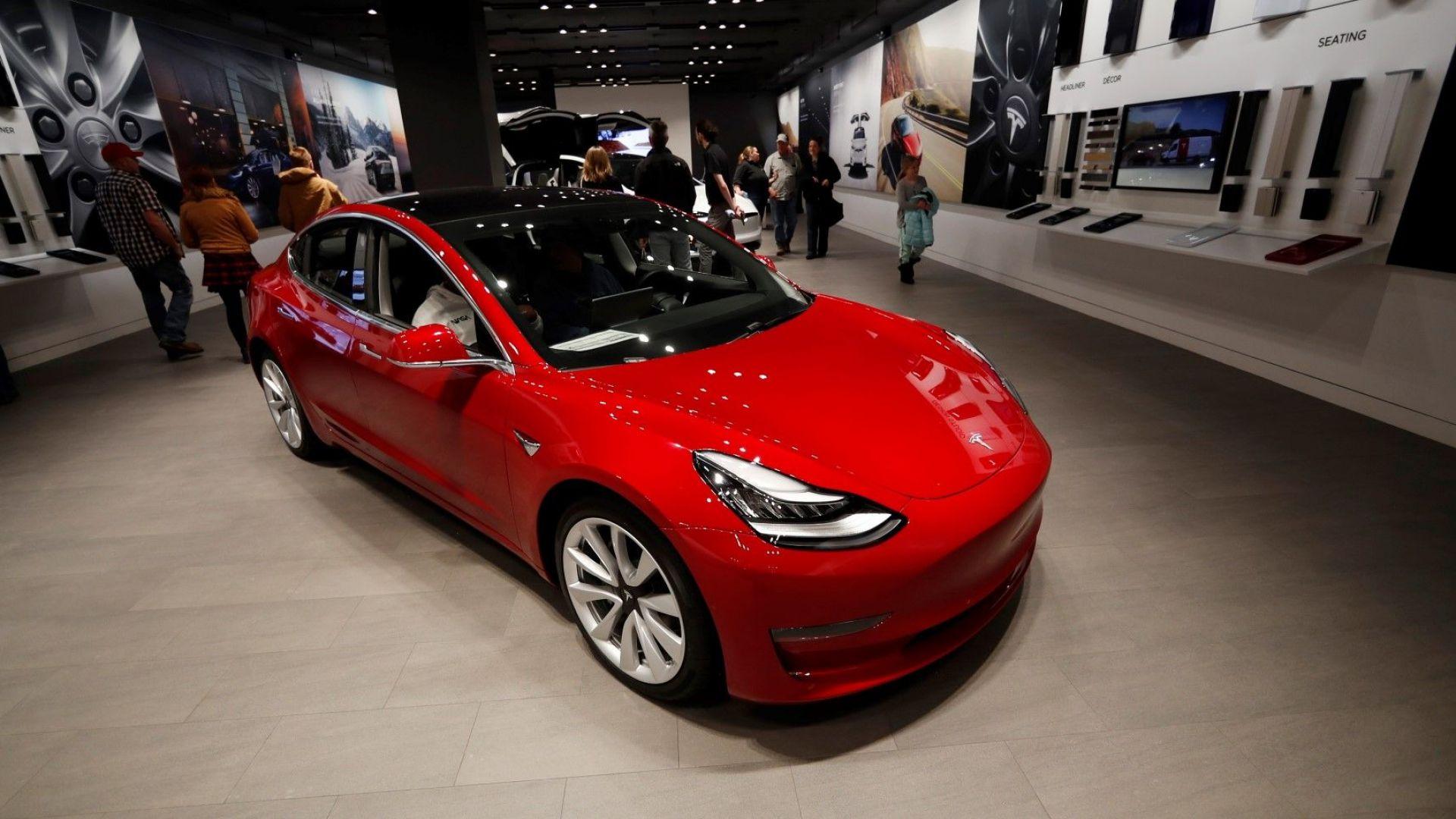 """""""Тесла"""" достави първия произведен в Китай електромобил Model 3"""