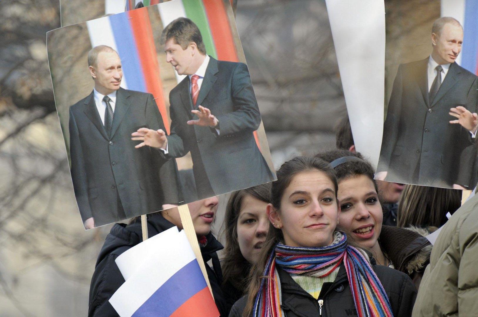 Ученици носят плакати на двамата президенти Владимир Путин и Георги Първанов, 18 януари 2008 г.