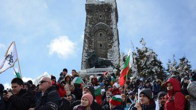 Хиляди изкачиха историческия връх в мъгливото време