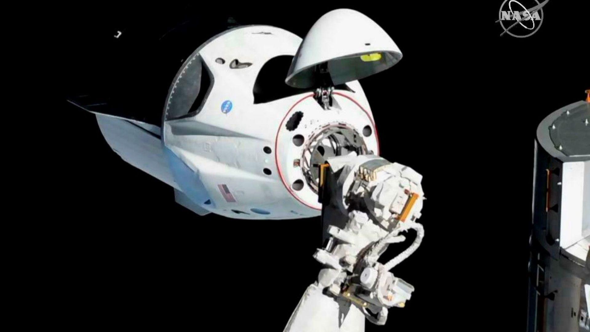 """Космическата капсула """"Дракон"""" се скачи с МКС. SpaceX: Начало на нова епоха"""