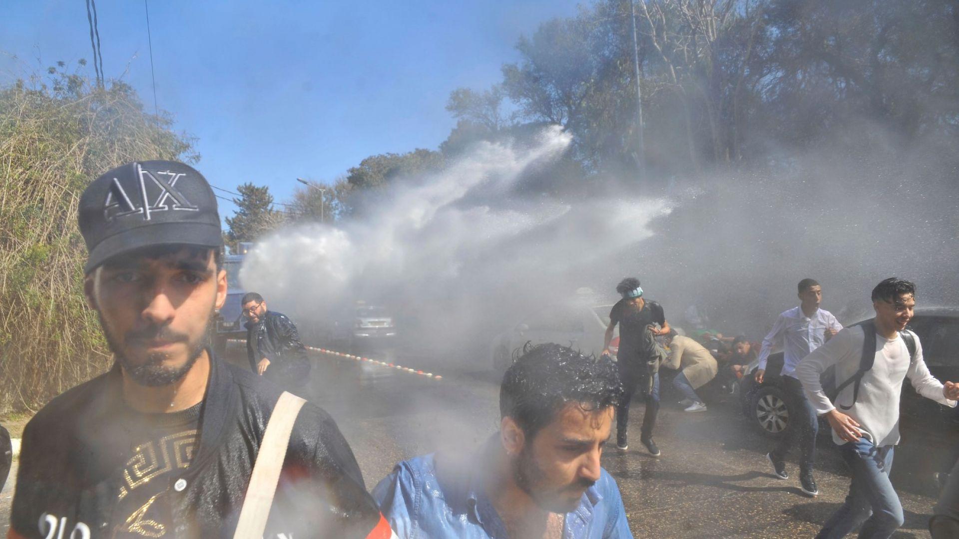 Алжирската полиция разпръсна с водни оръдия протест срещу пети мандат на президента