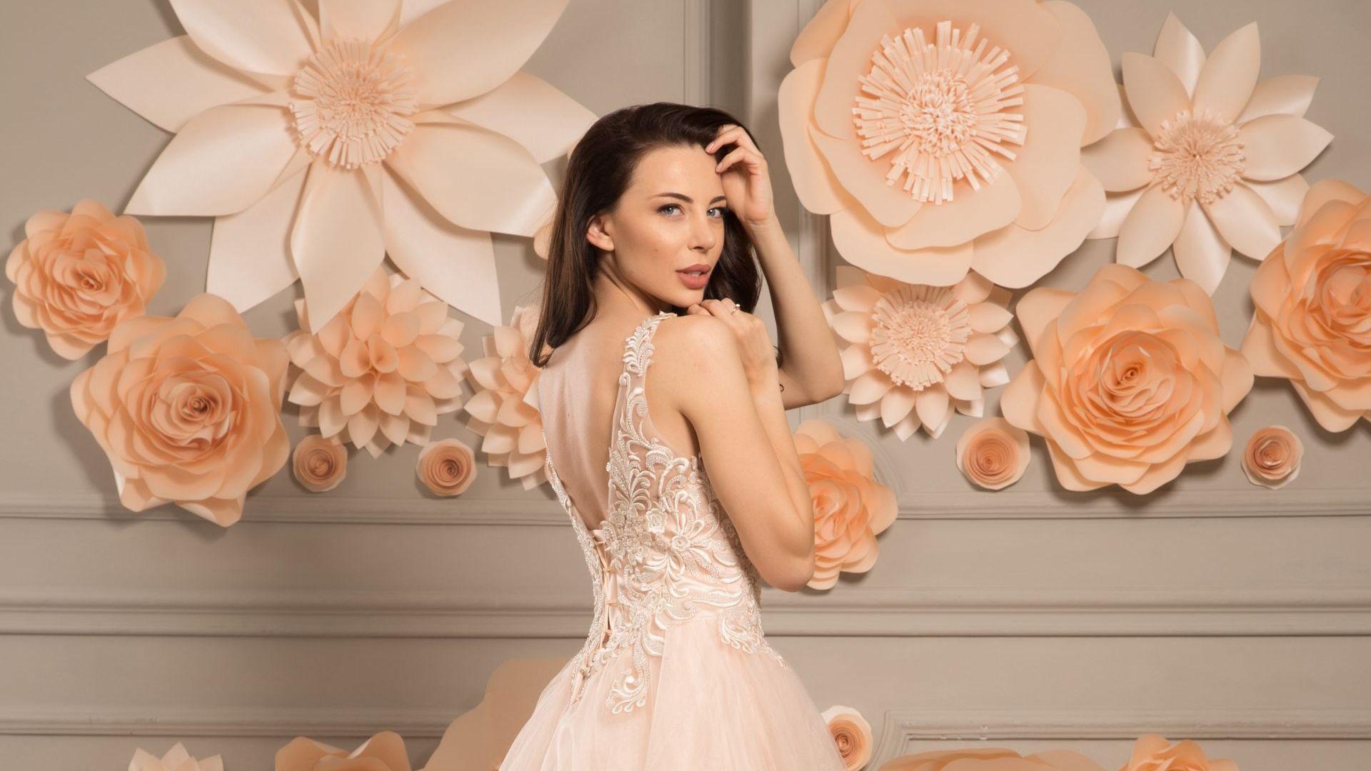 """Дизайнерката Поля Миланова: Хитът при абитуриентките са рокли като захарен памук и тип """"русалка"""""""