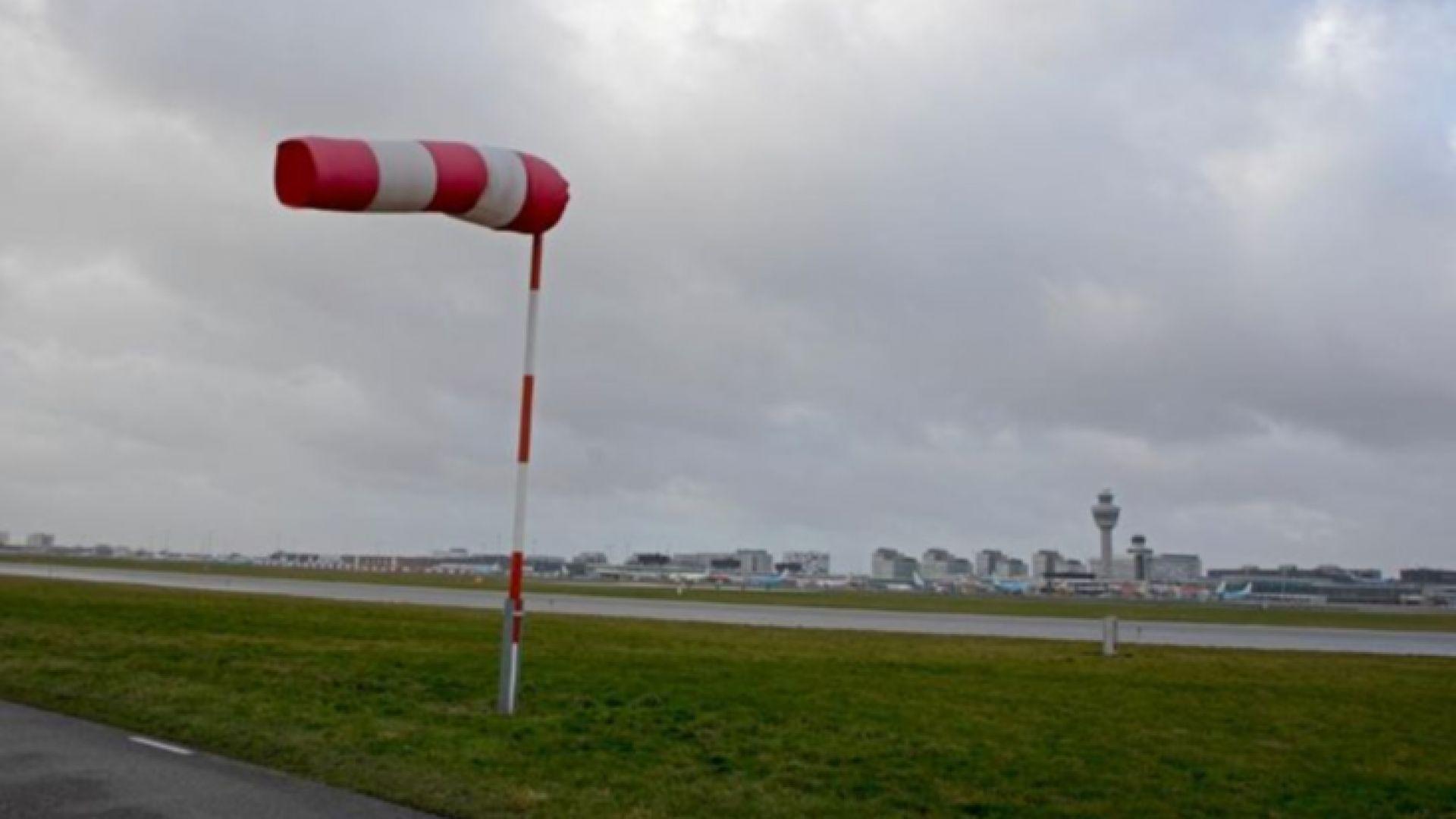 Бурен вятър спря влакове и самолети в Амстердам, критично е положението във Франция и Германия