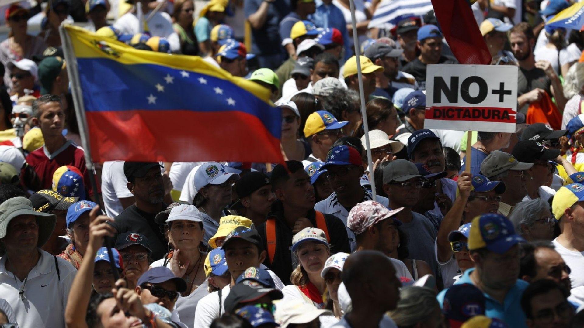 Гуаидо се върна във Венецуела, въпреки че го грози арест или отвличане
