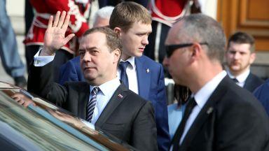Медведев поднесе цветя на паметника на Цар Освободител (снимки)
