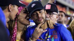 Неймар лекува травмата на карнавала в Рио (снимки)